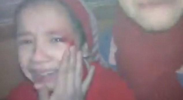 Cô bé Alaa với gương mặt rớm máu đầy sợ hãi sau một vụ tấn công tên lửa.