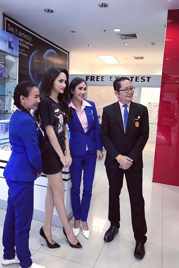 Hương Giang liên tục được mời chụp ảnh cùng.
