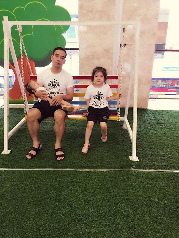 Bé Lâm Anh và bố, em gái.  Theo Khampha