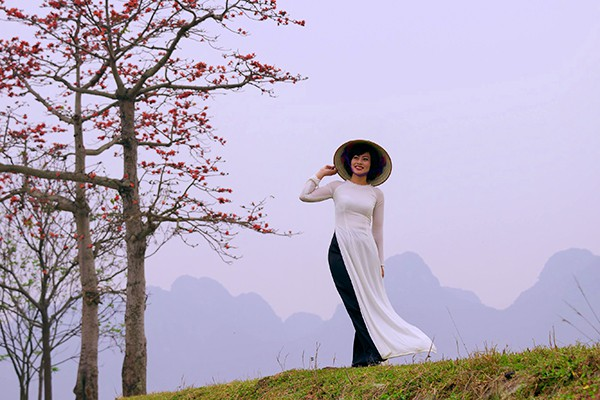 Tà áo dài duyên dáng bên hoa gạo.