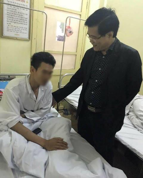 Phó Giám đốc Bệnh viện K Phạm Lương An đến thăm anh Hoàng Tuấn P. vào sáng 13/3 tại Bệnh viện Quân y 103. Ảnh: PV