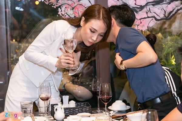 Đàm Thu Trang cũng nổi hơn nhờ danh xưng bạn gái Cường Đô la.