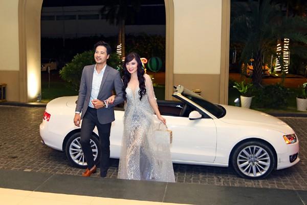 Đoàn Thanh Tài đưa nữ ca sĩ hải ngoại đi làm MC bằng xe hơi tiền tỉ.