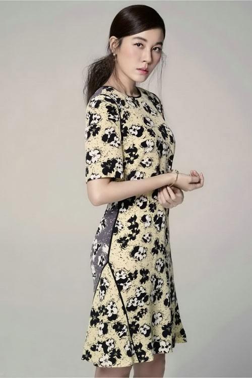 Với phụ nữ tuổi 40 nên chọn dáng váy dài ngang gối.