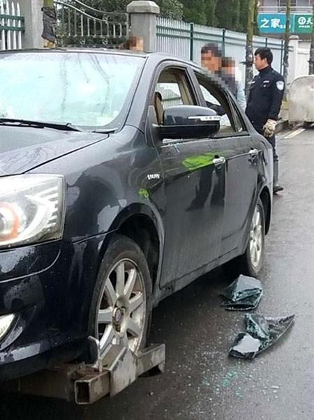 Chiếc xe hư hại sau khi bị chính chủ đập phá.