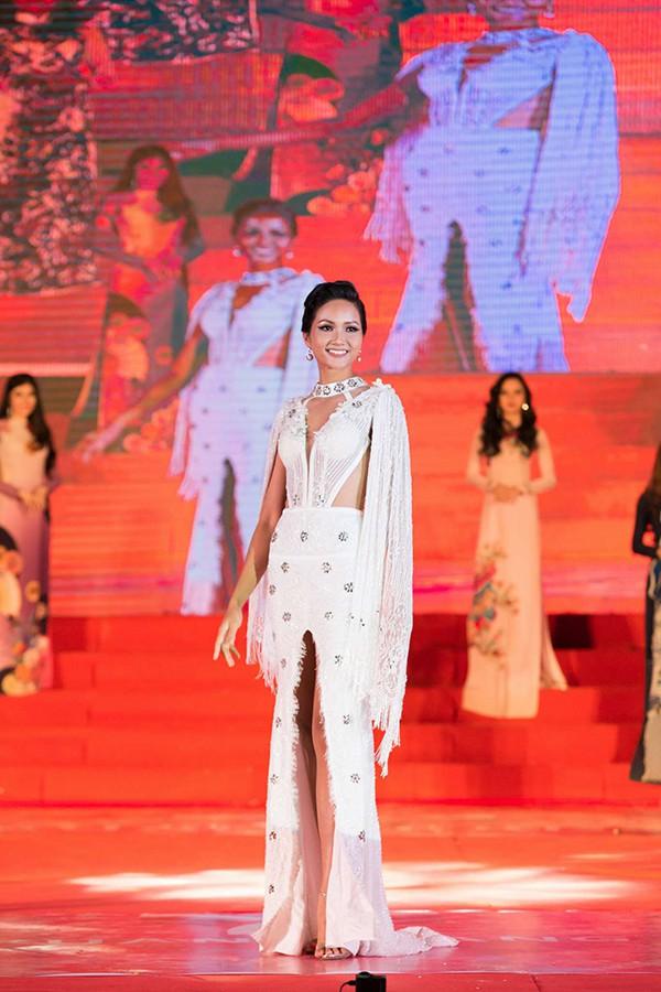 Hoa hậu ưu tiên các chương trình mang tính xã hội, nhân văn... và các sự kiện tôn vinh phụ nữ, giúp đỡ trẻ em...