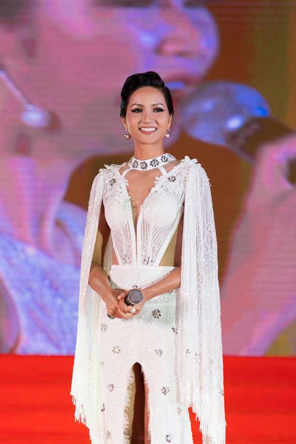 Hen cũng cho biết, thời gian này cô đang tập luyện, trau dồi chuẩn bị cho cuộc thi Miss Universe 2018.