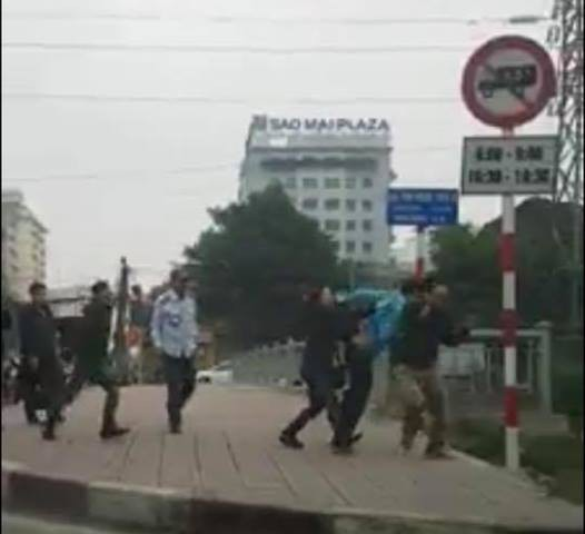 Tài xế xe tải bị hành hung ở khu vực cầu Kim Ngưu - Đền Lừ. Ảnh cắt từ clip