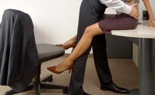 Sếp và nhân viên làm chuyện ấy trong phòng họp bị camera ghi lại. Ảnh minh họa.