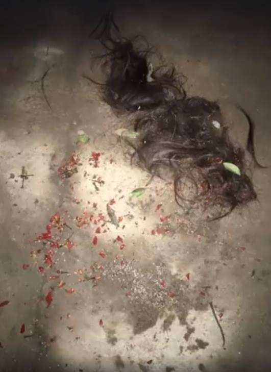 Một số ớt, muối và tóc vẫn còn vương vãi tại hiện trường.