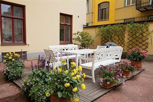 Sử dụng những chậu cây xinh xắn, đem lại lợi ích cho sức khỏe cũng giúp không gian bàn tiệc ngoài trời thêm rực rỡ và đáng yêu hơn.