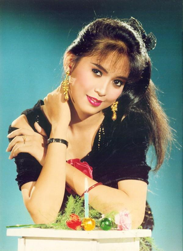 Sau khi tốt nghiệp đại học năm 1993, Thủy Tiên chính thức trở thành tiếp viên của hãng hàng không Vietnam Airlines. Công việc này tạo mối duyên để cô gặp gỡ rồi kết hôn với doanh nhân Johnathan Hạnh Nguyễn - Việt kiều Philippines.