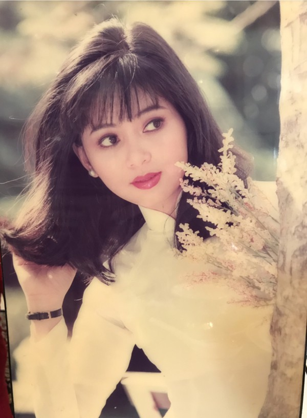 Ngắm lại ảnh thời thanh xuân gần 30 năm về trước, Thủy Tiên chia sẻ, cô cảm thấy rất bồi hồi, xúc động.