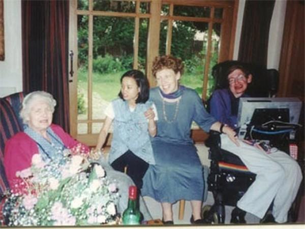 Thu Nhàn và gia đình Hawking trong một chuyến thăm Anh của cô.