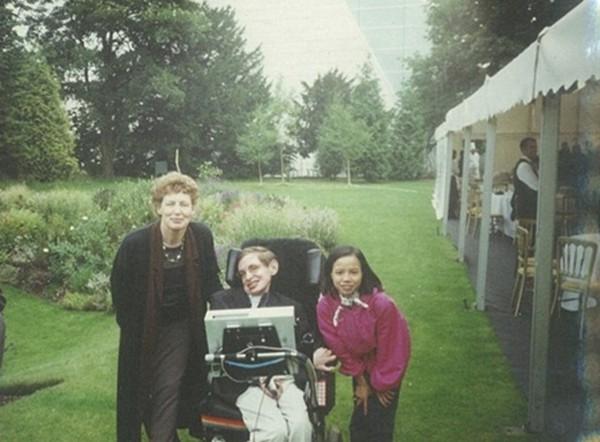 Ông chụp vợ và con gái nuôi người Việt Nam.