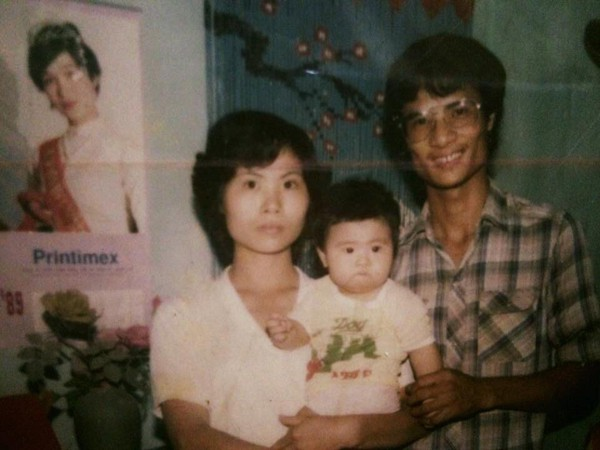 Trong bức ảnh của gia đình Hoa hậu Ngọc Hân có Hoa hậu Bùi Bích Phương.