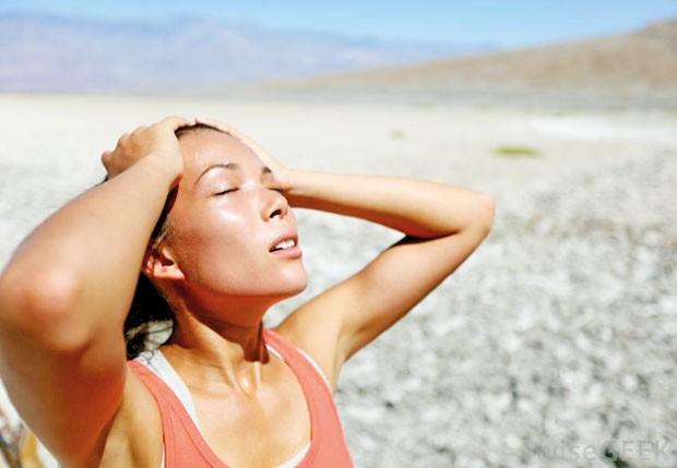 Tuổi tác cũng là một vấn đề vì khả năng giữ nước cũng như báo động khi cơ thể khát ngày càng kém dần theo thời gian.