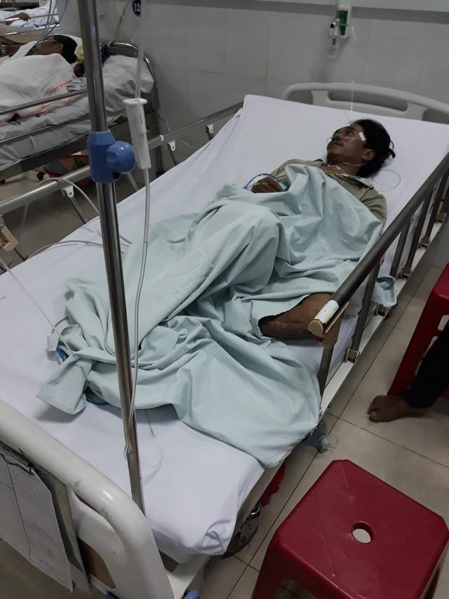 Một nạn nhân trong vụ uống rượu nghi ngộ độc đang nằm điều trị ở bệnh viện. Ảnh: Dân trí
