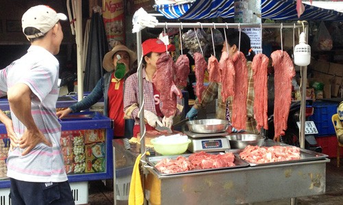 Thịt bò tại chợ có nhiều màu sắc khác nhau. Ảnh: Thi Hà.