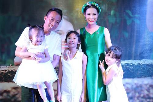 Gia đình Việt Hoàn có ba con gái.