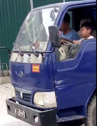 Cháu bé 10 tuổi lái xe tải gây phẫn nộ trên mạng xã hội