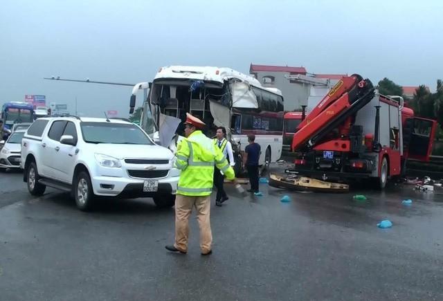Hiện trường một vụ tai nạn giao thông trên cao tốc Pháp Vân - Cầu Giẽ