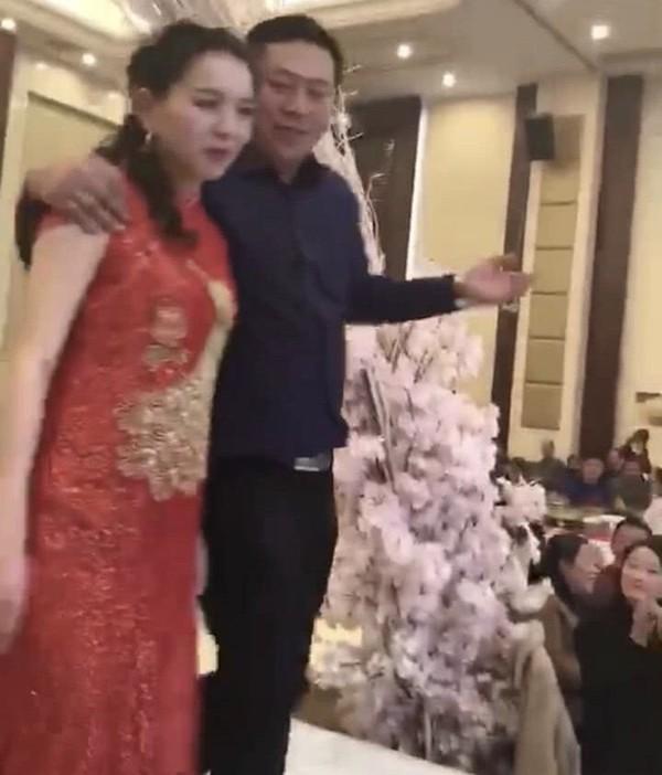 Cưỡng hôn con dâu trong đám cưới, ông bố chồng bất ngờ lên tiếng?