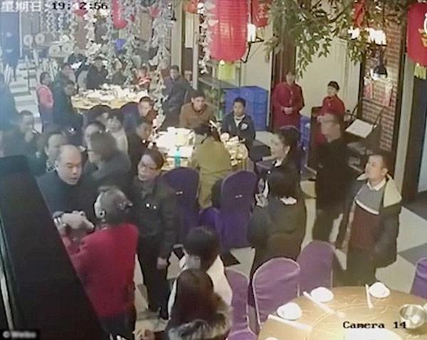 Nhóm thực khách đánh nữ bồi bàn rồi đập bát đĩa vì bị phục vụ chậm