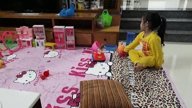 Cô bé cũng nhiều lần khác được mẹ chụp lại khi đang chơi một mình.