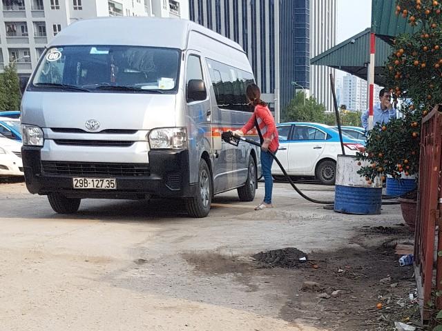 Không chỉ đổ xăng cho các xe của hãng Kumho Việt Thanh mà cây xăng này còn tiếp nhiên liệu cho nhiều xe ô tô du lịch khác.