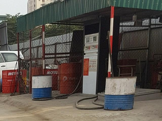 Cận cảnh cây xăng không phép ở Nam Trung Yên. Ảnh: PV