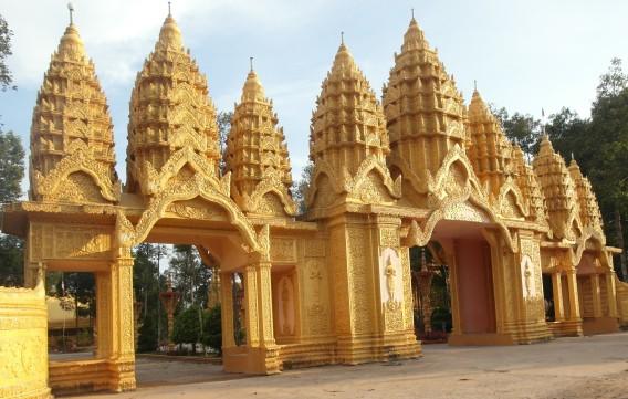 Chùa Vàm Ray tọa lạc tại xã Hàm Giang, huyện Trà Cú, tỉnh Trà Vinh, một trong 9 ngôi chùa mà ông Trầm Bê đã phát tâm cúng dường.