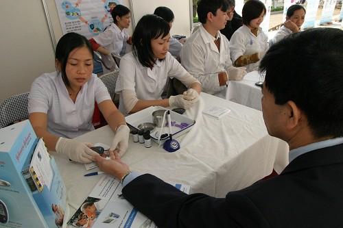 Người bệnh đái tháo dường cần đo đường huyết thường xuyên. Ảnh: TM