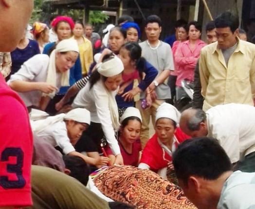 Người thân đau buồn làm lễ mai táng cho nạn nhân Vi Thị Khuyên.