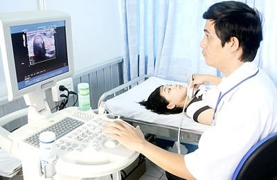 Siêu âm tuyến giáp cho bệnh nhân tại một cơ sở y tế. Ảnh: Mai Hải