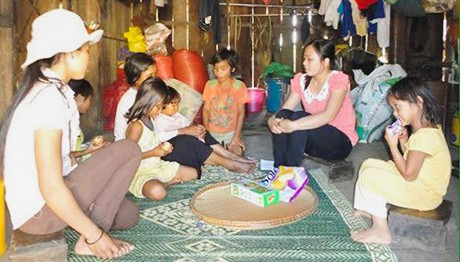 Tuyên truyền chính sách dân số đến các hộ gia đình ở xã Pô Cô, huyện Đắk Tô, tỉnh Kon Tum.     Ảnh: Trần Phúc