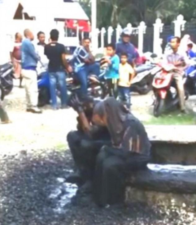 Bị phát hiện ở cùng phòng, cặp đôi Indonesia bị lôi ra dội nước cống