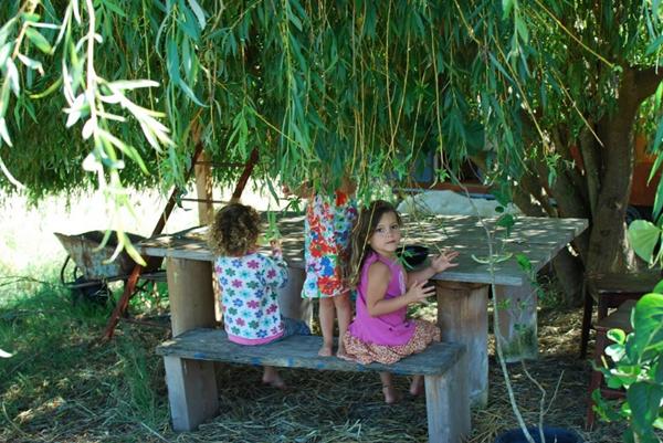 Lulu sinh ra tại miền quê Argentina và đặc biệt yêu thích phong cách sống hoang dã. Người mẹ đơn thân cùng các con đang dựng thêm căn phòng thứ ba và tạo vách kính để kết nối phòng tắm với những không gian khác của ngôi nhà.