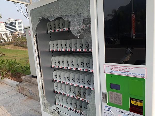 Toàn bộ đồ uống bị mất trong máy bán hàng tự động. Ảnh: Nam Quốc