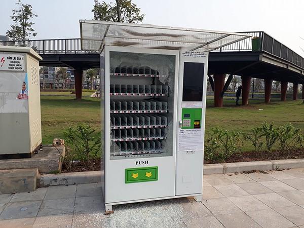 Chiếc máy bán hàng tự động trên phố Trần Quốc Nghiễn bị đập phá. Ảnh: Nam Quốc