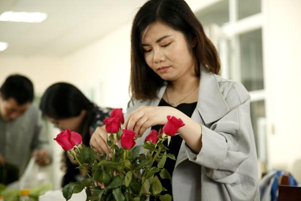 Cẩn thận trang trí từng bông hoa.