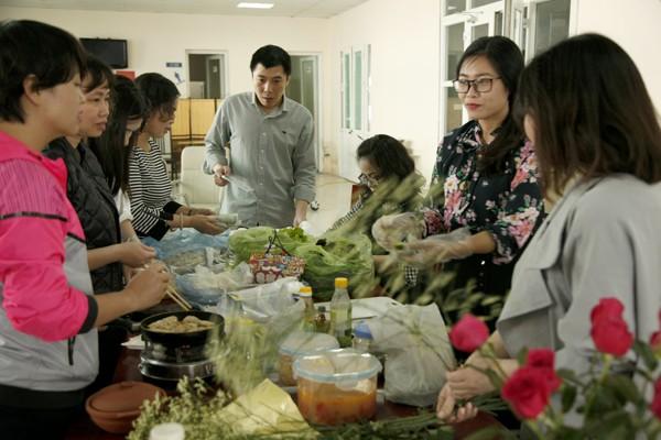 Các công đoàn viên tấp nập chuẩn bị các món ăn.