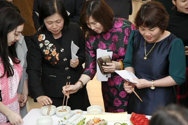 Các giám khảo thưởng thức món ăn để chấm điểm.