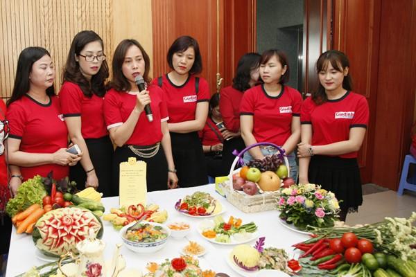 Phần thi thuyết trình của đội Báo Gia đình & Xã hội.