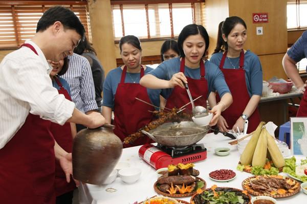 Hồ hởi mời khách thưởng thức món ăn của đội mình.