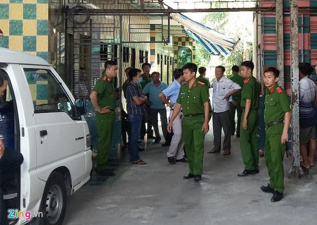 Cảnh sát có mặt ở nơi xảy ra vụ án để khám nghiệm hiện trường. Ảnh: Minh Anh.