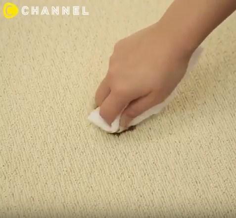 Dùng khăn khô sạch thấm cho vết nước tương mờ đi.