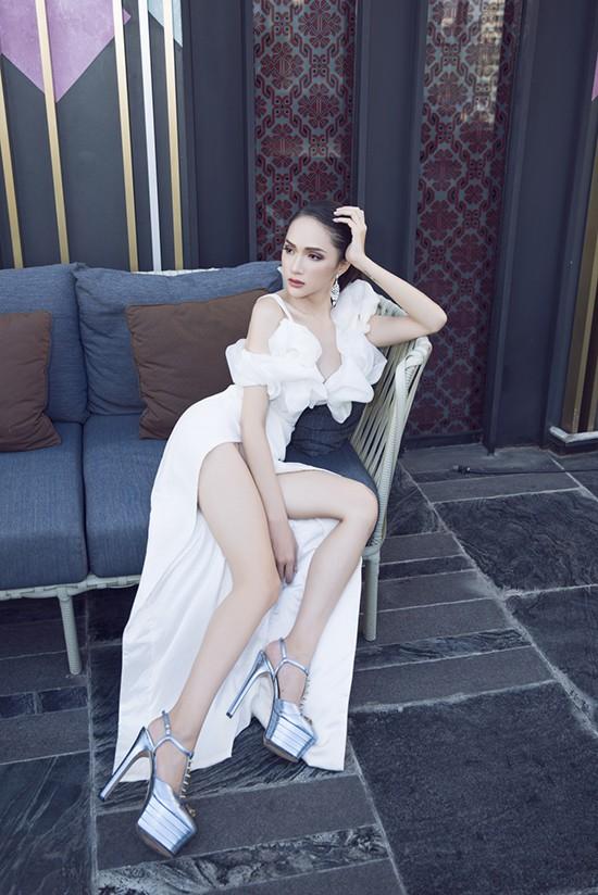 Mặc dù luôn cố gắng giữ phong thái rạng rỡ của một Tân Hoa hậu, người hâm mộ vẫn rất lo lắng cho sức khỏe của Hương Giang trước những hình ảnh này.