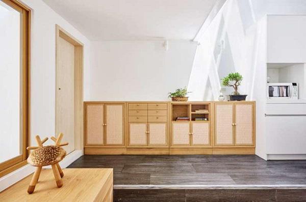 Từ cửa vào đã thấy ánh nắng ngập tràn căn nhà, nội thất chủ yếu là gỗ cao cấp Nhật Bản.