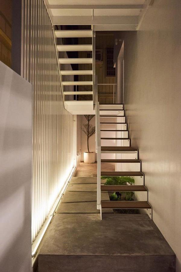 Tối đến, toàn bộ hệ thống điện và đèn led trong nhà được tận dụng tối đa để chiếu sáng khiến căn nhà trắng muốt càng trở nên nổi bật.